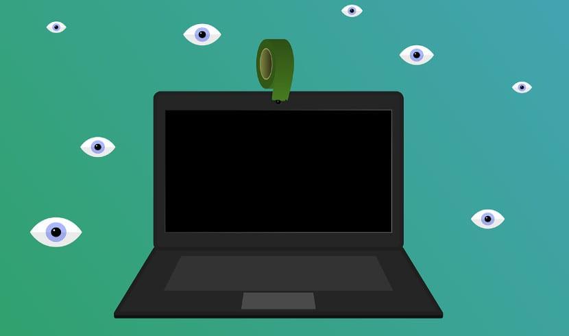 Imagen de portátil con pegatina en webcam
