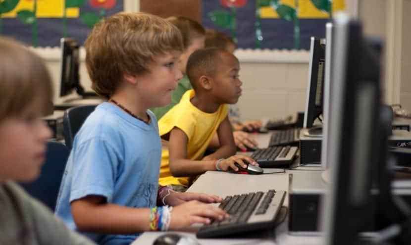 Niños en frente de un pc.